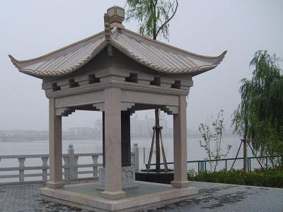 湖边看台四角石liang亭